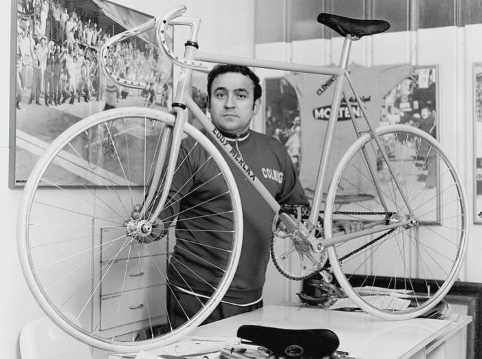 O Ernesto Colnago με το ποδήλατο που σχεδίασε για τον Merckx
