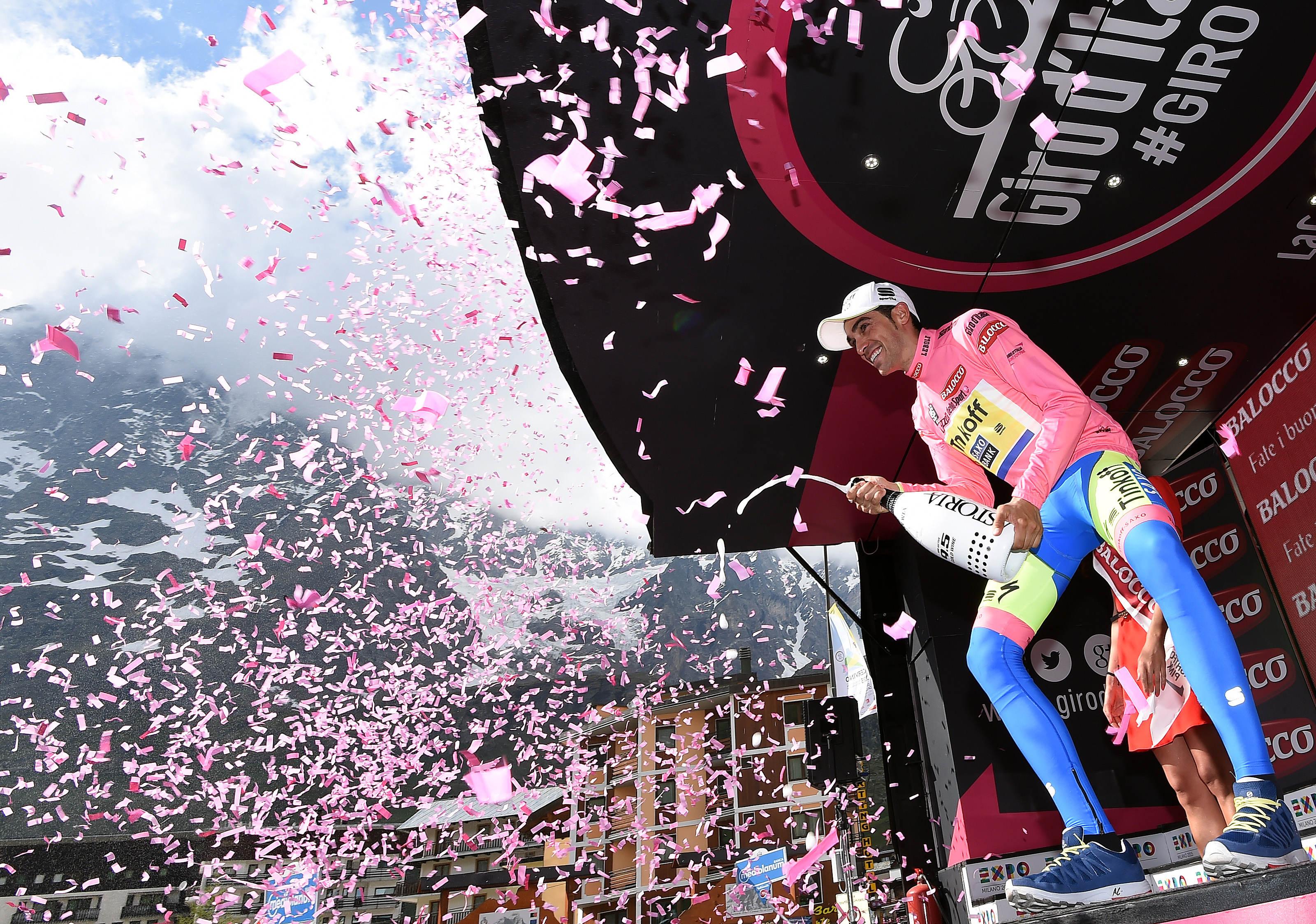 Ο Ισπανός ποδηλάτης Alberto Contador της Tinkoff-Saxo team πανηγυρίζει στο podium τη νίκη του στον 98ο Giro d' Italia, 29 Mαϊου 2015. ANSA/DANIEL DAL ZENNARO