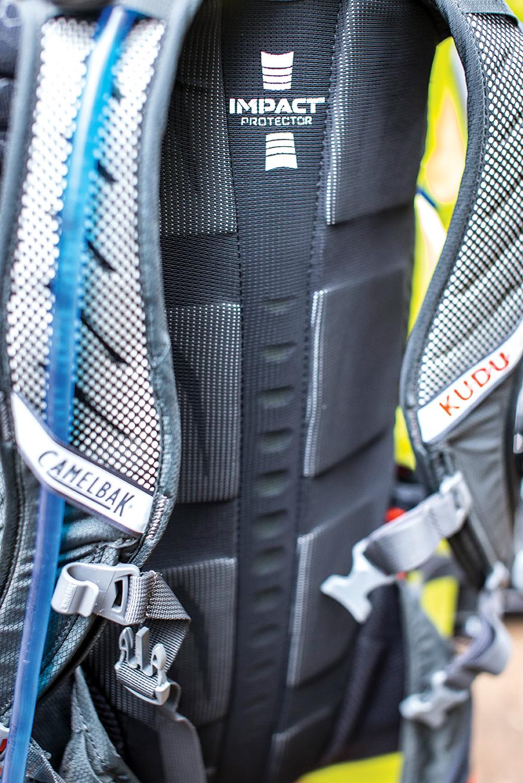 Δύο κλιπ σταθεροποίησης μπροστά και ραβδώσεις στην πλάτη για επαρκή εξαερισμό.