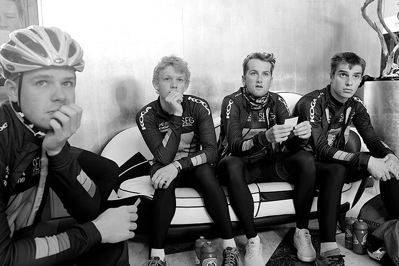 Οι νεαροί της SEG Racing - τρεις από αυτούς θα αγωνίζονται φέτος στο Pro Tour - παρακολουθούν προσεχτικά τον έλληνα προπονητή της ομάδας.