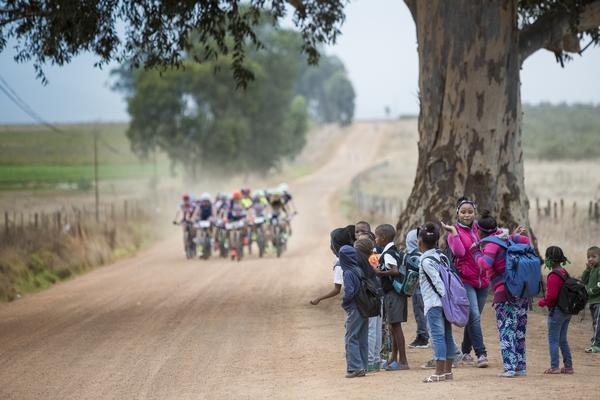 """""""Φανατικοί"""" θεατές απολαμβάνουν τον αγώνα! Photo by Sam Clark/Cape Epic/SPORTZPICS"""