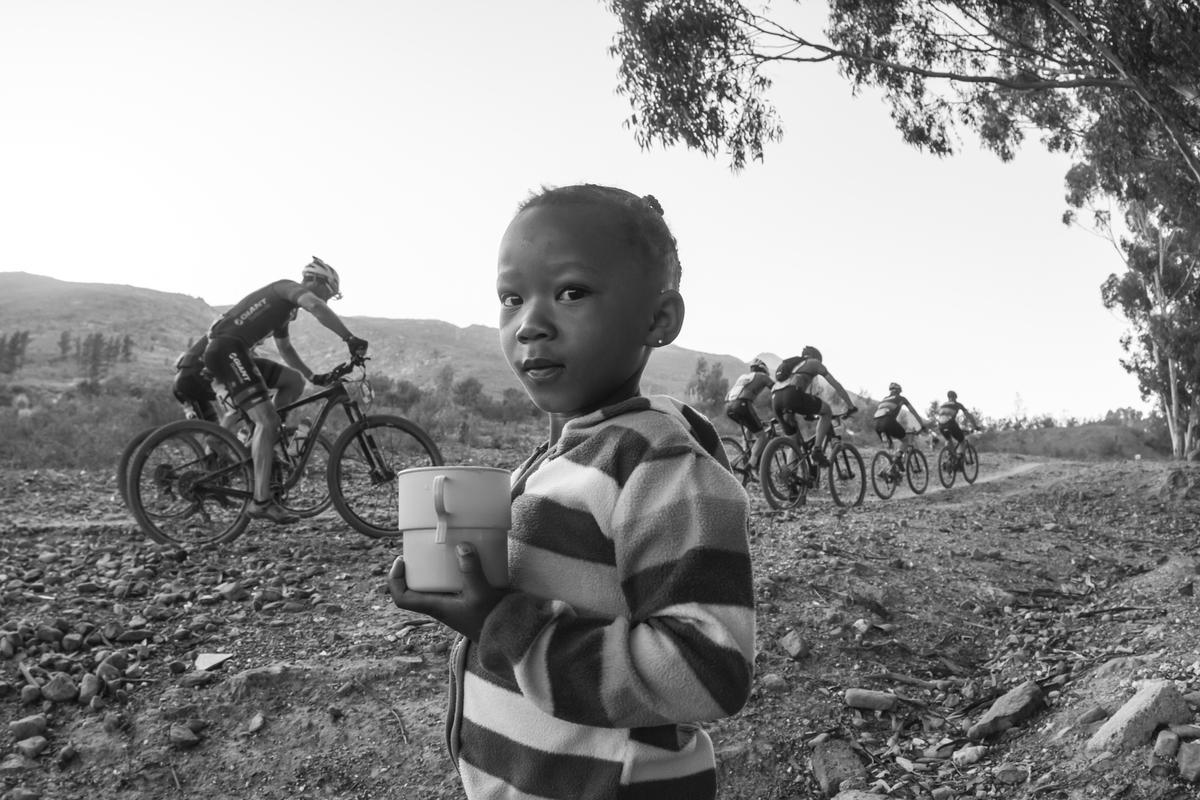 Παρακολουθώντας τους ποδηλάτες Photo by Dominic Barnardt/Cape Epic/SPORTZPICS
