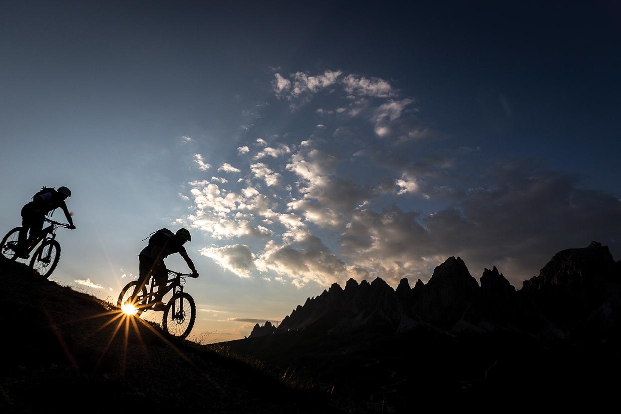 Κατεβαίνοντας το Passo Gardeni με φόντο το υπέροχο ηλιοβασίλεμα.
