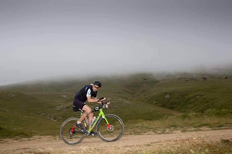 Ο Σταύρος Κανελλέας με το ποδήλατο της Specialized που θα χρησιμοποιήσει στον αγώνα.